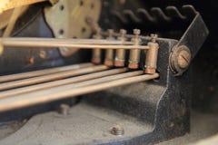De hamers van het messingsklokkengelui in een antieke klok Stock Foto's