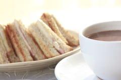 De hamkaas van de sandwich met hete chocolade stock afbeelding