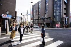 De Hanazakichostreek, Narita Metro Post, Japanse mensen kruist de kruispunten De stedelijke mensen hebben strikte discipline om T stock afbeeldingen