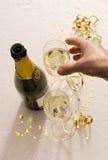 De hand bereikt voor champagneglas Stock Afbeelding