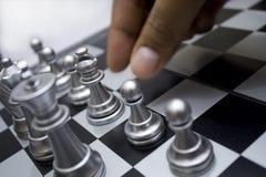 De hand beweegt het schaak Stock Fotografie