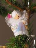 De hand bewerkte het traditionele de Engel van de Kerstboomdecoratie hangen op een boomtak Royalty-vrije Stock Foto's