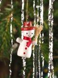 De hand bewerkte het traditionele de Sneeuwman van de Kerstboomdecoratie hangen op een boomtak Stock Foto