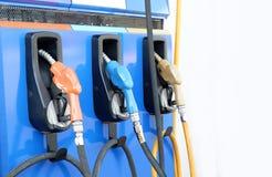 De hand die de auto met brandstof opnieuw vult bij tankt post, op witte achtergrond bij stock afbeelding