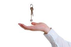De hand die de sleutels vangt Royalty-vrije Stock Fotografie