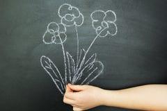 De hand die een boeket van bloemen houden aan een zwarte achtergrond stock illustratie