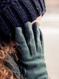 De hand die het gezicht van een meisje behandelen dat wenst te zijn unrecogniz royalty-vrije stock foto's