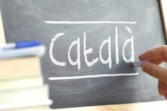 De hand die op een bord in een taalklasse schrijven met het woord CATALAAN schreef  Royalty-vrije Stock Fotografie