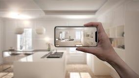 De hand die slimme telefoon, de toepassing van AR houden, simuleert meubilair en binnenlandse ontwerpproducten in echt huis, het  royalty-vrije stock foto