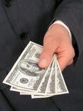 De Hand die van Businessmanâs Geld aanbiedt royalty-vrije stock afbeelding