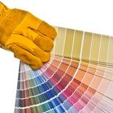 De hand die van de arbeider een kleurenpalet houdt Stock Afbeeldingen
