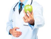De hand die van de arts een vers groen appelclose-up houden Royalty-vrije Stock Afbeeldingen