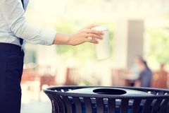 De hand die van de beeldvrouw lege koffiekop in het recycling van bak werpen royalty-vrije stock afbeelding
