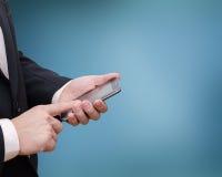 De hand die van de Busninessmens slimme telefoon met behulp van Stock Foto