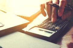 De hand die van de close-upvrouw calculator gebruiken en berekent over kosten bij Royalty-vrije Stock Afbeeldingen