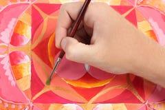 De hand die van de mens abstract rood beeld schildert Royalty-vrije Stock Foto's