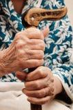 De hand die van de oude vrouw een stok houdt Royalty-vrije Stock Fotografie