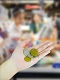 De hand die van de vrouw Australische muntstukken houden Royalty-vrije Stock Foto