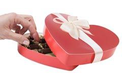 De hand die van de vrouw chocoladesuikergoed neemt Royalty-vrije Stock Foto's