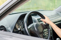 De hand die van de vrouw een auto drijven Stock Foto's