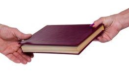 De hand die van de vrouw een boek geven royalty-vrije stock afbeelding