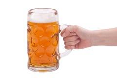 De hand die van de vrouw een glas bier houden stock foto's