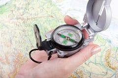 De hand die van de vrouw een kompas houdt Royalty-vrije Stock Fotografie