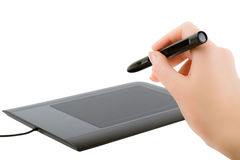 De hand die van de vrouw een pen houden om op de tablet te trekken stock foto