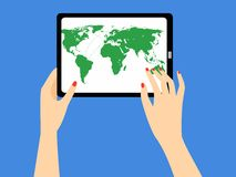 De hand die van de vrouw een tablet met wereldkaart houden op het scherm Royalty-vrije Stock Afbeelding