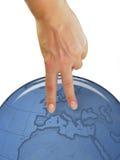 De hand die van de vrouw menselijk symbool over aardebol toont Royalty-vrije Stock Foto
