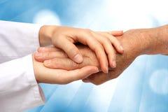 De hand die van de vrouw oudste helpt royalty-vrije stock foto's