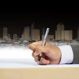 De hand die van de zakenman document ondertekent stock afbeelding
