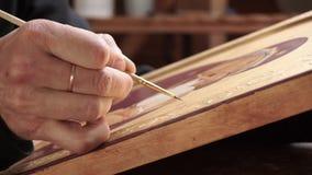 De hand die van een kunstenaar een pictogram schilderen stock videobeelden
