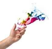 De hand die van het creativiteitconcept verf werpen Stock Afbeelding