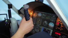 De hand die van de loods op het paneel van de analysecockpit kloppen, de fout van het vluchtleidingssysteem stock videobeelden
