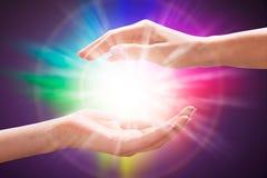 De Hand die van de vrouw Licht beschermt stock foto's