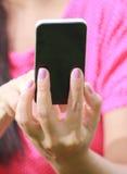 De Hand die van vrouwen smartphone gebruikt Stock Foto's