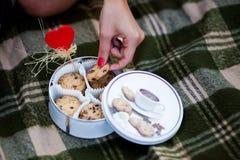 De hand die van Womanâs een koekje houden Royalty-vrije Stock Afbeeldingen