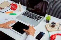De hand die van de zakenman tablet gebruikt royalty-vrije stock afbeeldingen