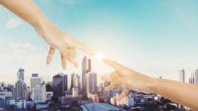 De hand die vinger bereiken samen met glanst helder licht, en cityscape van Bangkok achtergrond Royalty-vrije Stock Fotografie