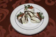 De hand dompelde witte chocolade behandelde aardbeien onder Royalty-vrije Stock Fotografie