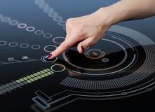 De hand duwt een knoop op de interface van het aanrakingsscherm Royalty-vrije Stock Afbeelding