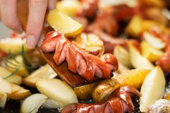 De hand, een houten spatel giet een hoog-calorie en een vettig diner Horizontaal beeld royalty-vrije stock fotografie