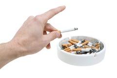 De hand en de sigaretten van het asbakje Stock Afbeeldingen