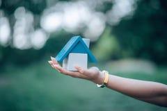 De hand en het huis van het meisje, het witte genomen huis royalty-vrije stock afbeeldingen