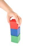 De hand en het stuk speelgoed van kinderen kubussen Royalty-vrije Stock Fotografie
