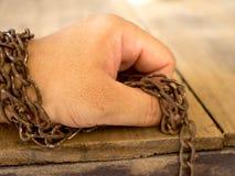 De hand is gebonden met roestige ketting voor niet om te ontsnappen royalty-vrije stock afbeelding