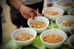 De hand geeft voedsel aan handen van een bedelaar royalty-vrije stock fotografie
