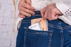 de hand haalt euro rekeningen van de zak van jeans te voorschijn Royalty-vrije Stock Afbeelding