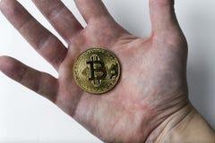 De hand houdt één bitcoin op een witte achtergrond Royalty-vrije Stock Afbeelding
